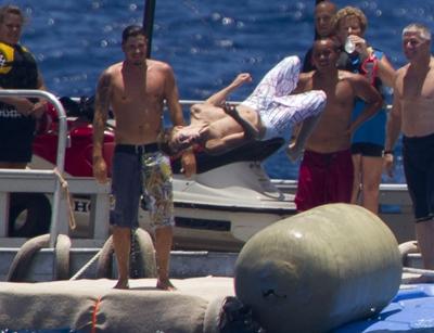 Justin al mare fa le evoluzioni e tutti lo guardano