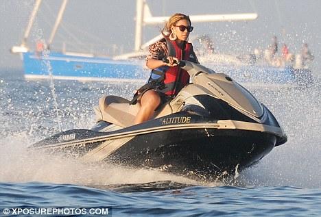 Beyonce se la sgumma con la moto sull' acqua