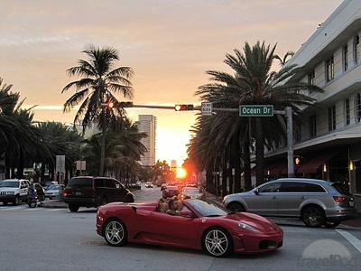 con la Ferrari su Ocean Drive